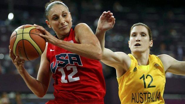 Americká basketbalistka Diana Taurasiová si chrání míč před dotírající Belindou Snellovou z Austrálie