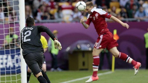 První ze dvou tref dánského střelce Nicklase Bendtnera v utkání, portugalský brankář Rui Patrício byl bez šance