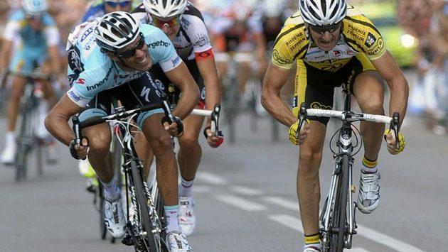 Vítěz silničního závodu Milan Kadlec (vpravo) v závěrečném souboji s Františkem Raboněm