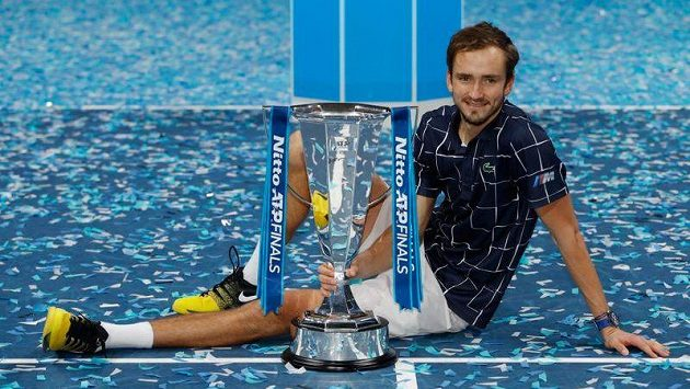 Vítězství z roku 2020 obhajuje Daniil Medveděv.