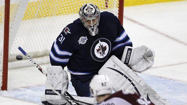 V utkání s Coloradem inkasoval brankář Winnipegu Ondřej Pavelec jediný gól z hole Gabriela Landeskoga.