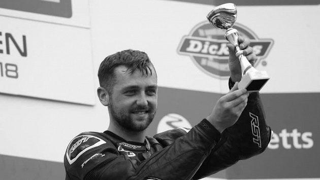 Motocyklový závodník Ben Godfrey zemřel po havárii na okruho Donington Park.