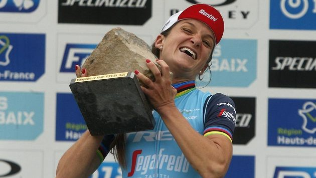 Lizzie Deignanová s trofejí pro vítězku závodu Paříž-Roubaix.