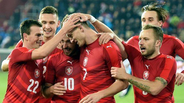 Čeští fotbalisté se radují z gólu proti Srbsku.