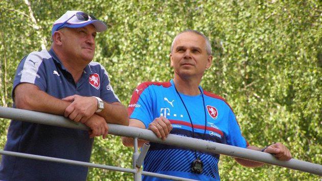 Trenér Vítězslav Lavička (vpravo) a manažer české fotbalové reprezentace do 21 let Jaromír Šetrle.