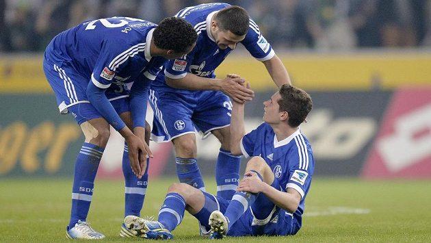 Julianu Draxlerovi (vpravo), střelci vítězného gólu v utkání s Mönchengladbachem, gratulují spoluhráči ze Schalke Sead Kolasinac a Joël Matip (vlevo).