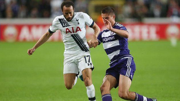 Fotbalista Tottenhamu Andros Townsend v souboji s Leanderem Dendonckerem z Anderlechtu v utkání Evropské ligy.