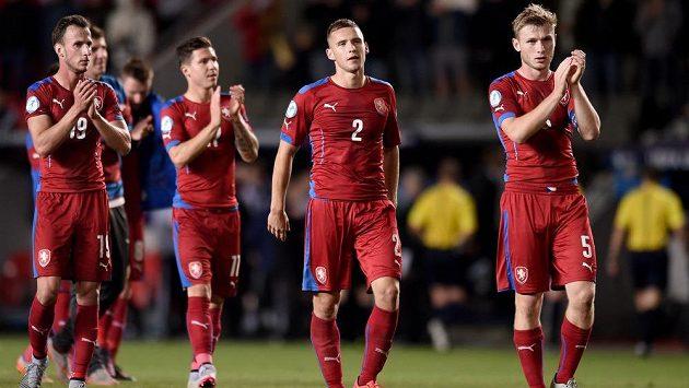 Zklamaní čeští fotbalisté po remíze s Německem. Zleva Matěj Hybš, Tomáš Přikryl, Pavel Kadeřábek a Jakub Brabec děkují fanouškům za podporu.
