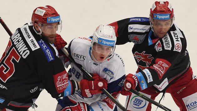 Tomáš Marcinko z Třince, Martin Nečas z Brna a Ondřej Kovařčík z Třince v akci během finále hokejové extraligy.
