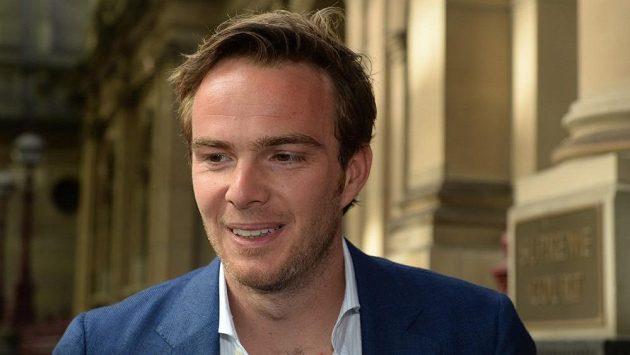 Nizozemský pilot Giedo van der Garde odcházel od soudu v Melbourne s úsměvem.
