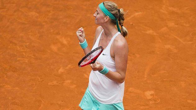 Petra Kvitová se raduje ze svého premiérového vítězství nad Serenou Williamsovou.