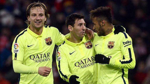 Zleva barcelonští Ivan Rakitič, Lionel Messi a Neymar slaví gól proti Bilbau.