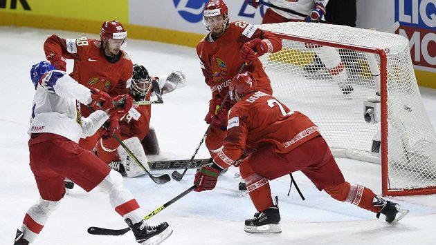 Útočník Roman Horák (vlevo) střílí druhý gól českého týmu. Přihlížejí hráči Běloruska Jevgenij Kovyršin (druhý zleva), brankář Vitalij Trus, Nikita Ustiněnko a Vladimir Děnisov (vpravo).