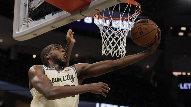 Basketbalista Milwaukee Bucks Khris Middleton v duelu proti Sacramento Kings.