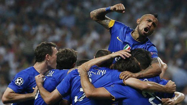 Fotbalisté Juventusu se radují po vyrovnávací brance Alvara Moraty.