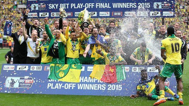 Fotbalisté Norwiche slaví návrat do Premier League.