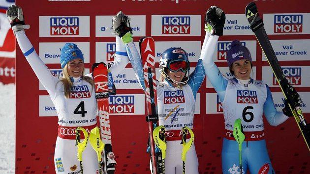Šárka Strachová (vpravo) slaví na MS v Beaver Creeku bronz ve slalomu. Vlevo je stříbrná Švédka Frida Hansdotterová, uprostřed slaví vítězka Mikaela Shiffrinová z USA.