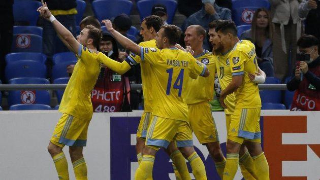 Fotbalisté Kazachstánu slaví gól proti Ukrajině v kvalifikaci o postup na MS. Nyní bylo odhaleno, že střelec dvou branek Ruslan Valiulin po srpnovém zápase Konferenční ligy v dresu Tobolu Kostanaj neprošel dopingovou kontrolou.