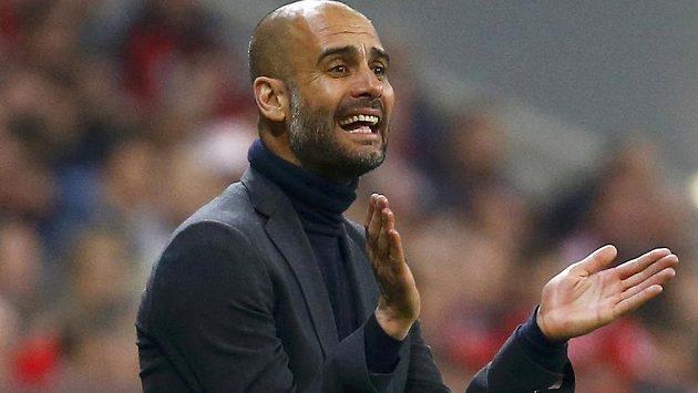 Pep Guardiola, trenér fotbalistů Bayernu Mnichov, gestikuluje při semifinále Ligy mistrů proti Realu Madrid.