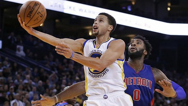 Opora Golden State Warriors Stephen Curry a Andre Drummond (0) z Detroitu.