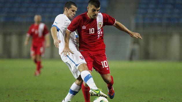 Liam Walker (vpravo) z Gibraltaru bojuje o míč se Slovákem Viktorem Pecovským.