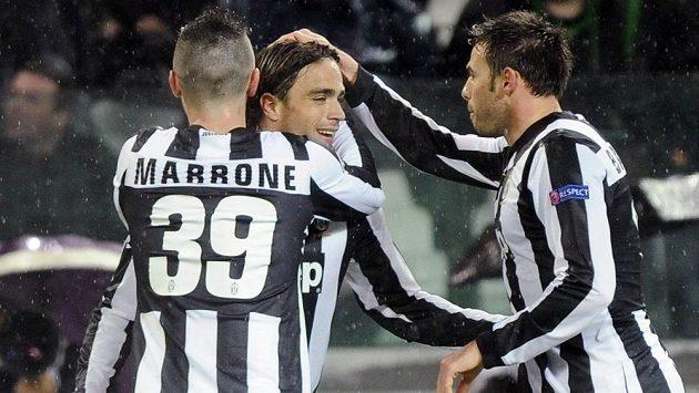 Alessandro Matri (uprostřed) slaví se spoluhráči z Juventusu Lukou Marronem a Andreou Barzaglim svoji trefu do sítě Celtiku Glasgow.
