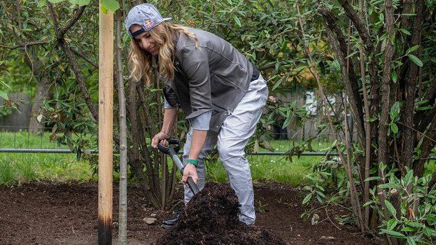 Snowboardistka a alpská lyžařka Ester Ledecká zasadila v pražské botanické zahradě strom v rámci projektu Kořeny osobností.