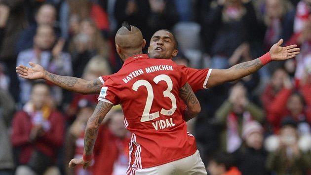 Fotbalisté Bayernu Mnichov Arturo Vidal s Diegem Costou slaví gól do sítě Hamburku.