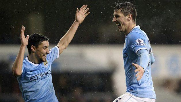 Stevan Jovetič z Manchesteru City slaví se spoluhráčem Jesúsem Navasem gól v síti Tottenhamu.