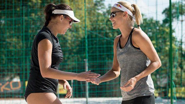 Plážové volejbalistky Markéta Sluková (vpravo) a Barbora Hermannová.