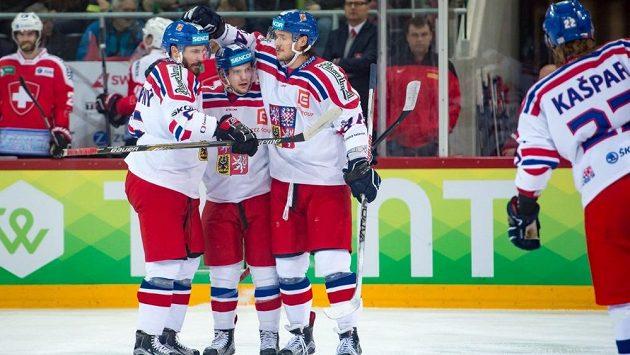 Čeští hokejisté se radují z gólu Petra Holíka (uprostřed) v Bielu proti domácím Švýcarům.