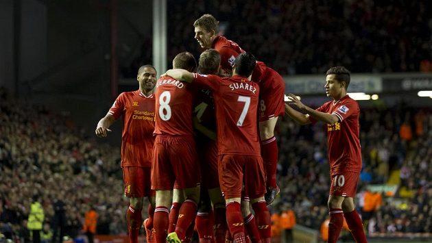 Fotbalisté Liverpoolu oslavují branku Daniela Sturridge. Dvacátou v této sezóně...