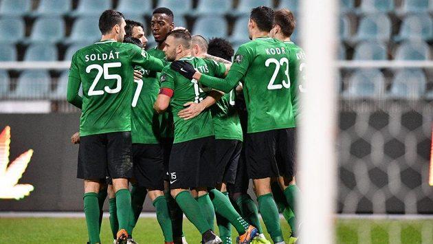 Fotbalisté Příbrami se radují na Julisce z gólu.