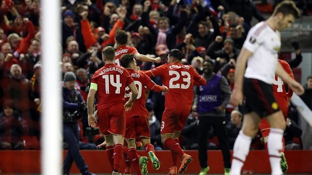 Fotbalisté Liverpoolu se radují z gólu v zápase proti Manchesteru United.