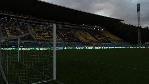 Potemnělý stadión na Julisce, utkání Dukly proti Příbrami bylo přerušeno.