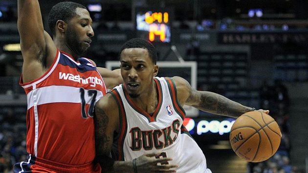 A.J. Price (vlevo) z Washingtonu brání Brandona Jenningse z Milwaukee.