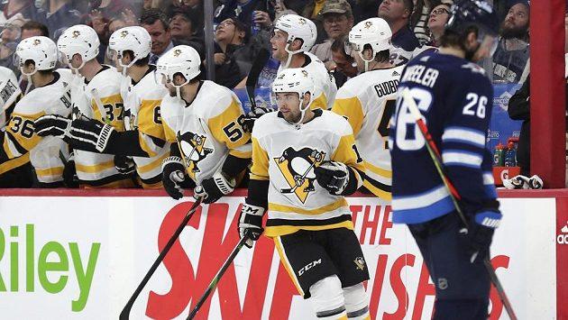 Český útočník Dominik Simon se raduje se spoluhráči z Pittsburghu poté, co vstřelil gól v utkání proti Winnipegu.