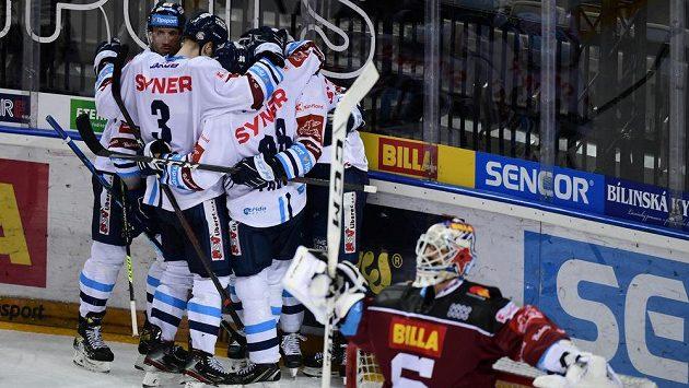 Hokejisté Liberce se radují z třetího gólu.
