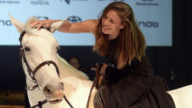 Vítězka ankety Král bílé stopy Eva Samková si pro ocenění přijela na bílém koni.
