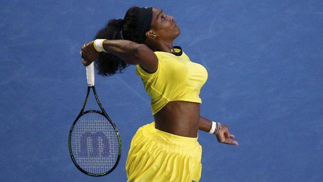 Americká tenistka Serena Williamsová servíruje proti Rusce Kasatkinové ve třetím kole Australian Open.