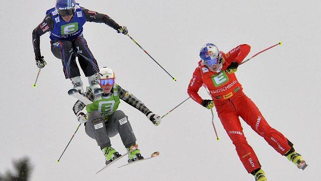Francouzka Ophelie Davidová (vlevo) letí pro vítězství v závodu SP skikrosařů v rakouském Kreischbergu.