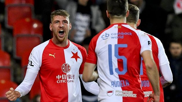 Ladislav Takács ze Slavie (vlevo) se raduje ze svého premiérového gólu v sešívaném dresu.