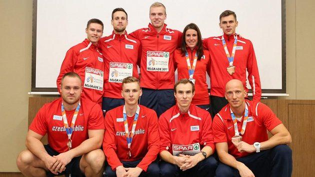 Na Bahamách se představili i dva medailisté z HME v Bělehradě Patrik Šorm (nahoře uprostřed) a Jan Tesař( druhý zprava v dolní řadě).