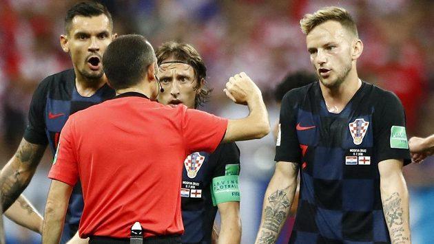 Chorvat Ivan Rakitič (vpravo) se spoluhráči diskutují s rozhodčím v semifinále MS, kdy byla jejich soupeřem Anglie.