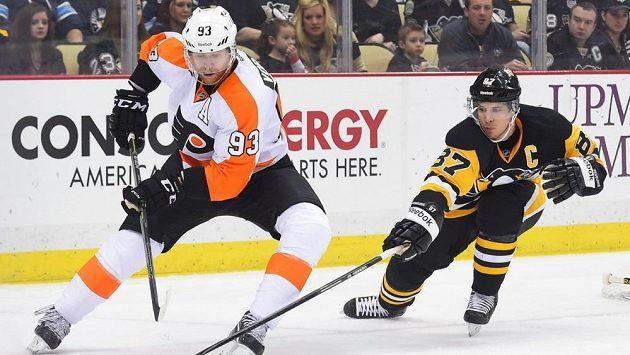 Útočníka Philadelphie Jakuba Voráčka (vlevo) stíhá kapitán Pittsburghu Sidney Crosby.