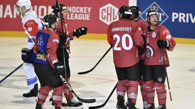 Hokejisté Frölundy se radují z vyrovnávacího gólu na ledě Komety brno-. Zprava Chay Genoway, Patrik Carlsson, Joel Lundqvist, Joel Mustonen, Ryan Lasch. Vlevo je Michal Barinka z Brna.