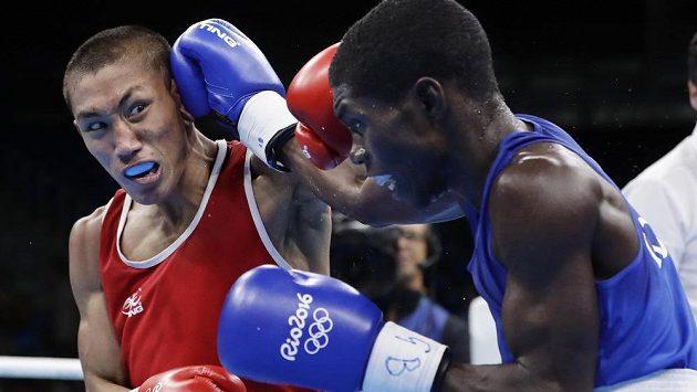 Rogen Ladon (vpravo) z Filipín v souboji s Yurberjenem Herneym Martínezem z Kolumbie v muší váze do 49 kg.