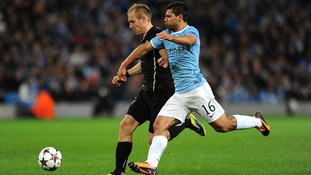 Daniel Kolář (vlevo) v souboji s útočníkem Manchesteru City Sergiem Agüerem. Zahraje si Plzeň znovu Ligu mistrů?