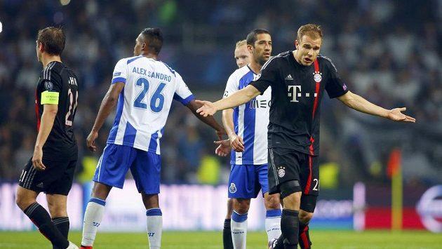 Obránce Bayernu Holger Badstuber (vpravo) má přetržený stehenní sval.