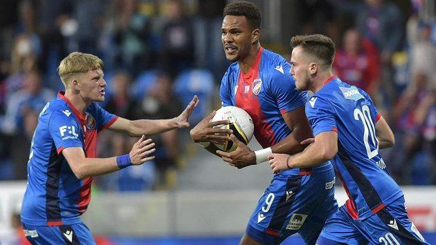 Fotbaisté Plzně v euforii! Otočili zápas se Slováckem, uprostřed s míčemJean-David Beauguel.